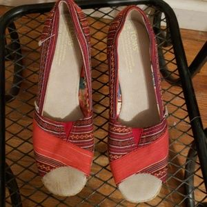 Toms multicolored wedges 7W red pattern